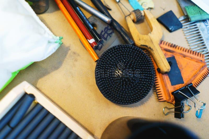Hulpmiddelen en toebehoren voor het trekken en het werken aan het schilderen in een het schilderen workshop werkplaats van de kun stock fotografie