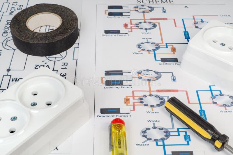 Hulpmiddelen voor elektriciens en contactdozen op de grijze oppervlakte stock afbeelding