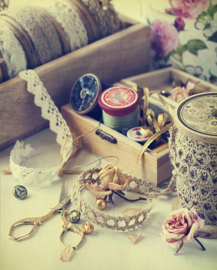 Hulpmiddelen voor handwerk, draad voor het naaien, schaar, knopen en uitstekend kant stock foto's