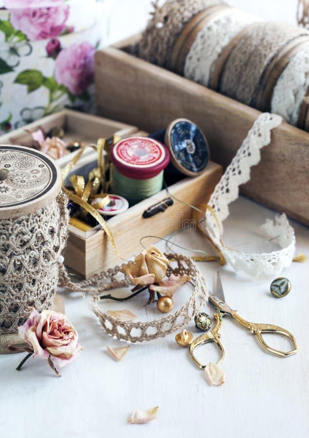 Hulpmiddelen voor handwerk, draad voor het naaien, schaar, knopen en v royalty-vrije stock afbeeldingen