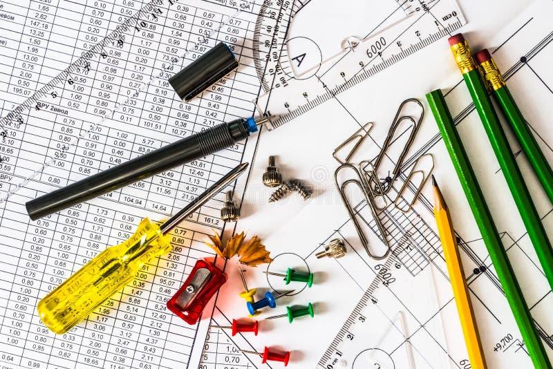 Hulpmiddelen voor huisreparatie, tekeningen en diagrammen stock foto