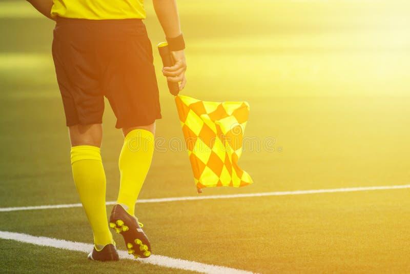 Hulpscheidsrechter die zich langs de nevenactiviteit tijdens een voetbal bewegen matc royalty-vrije stock fotografie