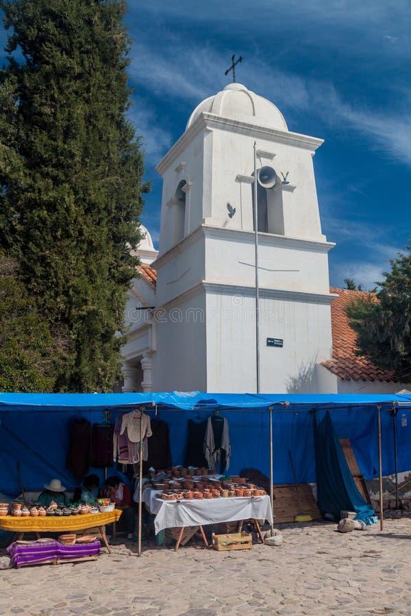 HUMAHUACA, ARGENTINA - 12 DE ABRIL DE 2015: Igreja e um mercado da vila de Humahuaca, Argenti imagens de stock