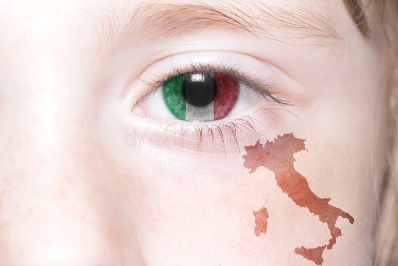 Human& x27 πρόσωπο του s με τη εθνική σημαία και το χάρτη της Ιταλίας στοκ φωτογραφία