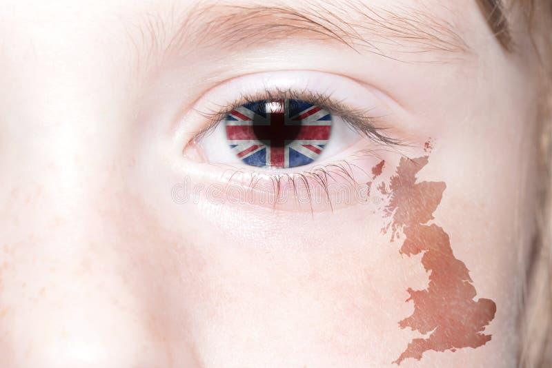 Human& x27; cara de s con la bandera nacional y el mapa de Gran Bretaña imagen de archivo
