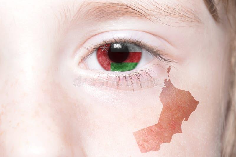 Human& x27; cara de s con la bandera nacional y el mapa de Omán fotografía de archivo libre de regalías