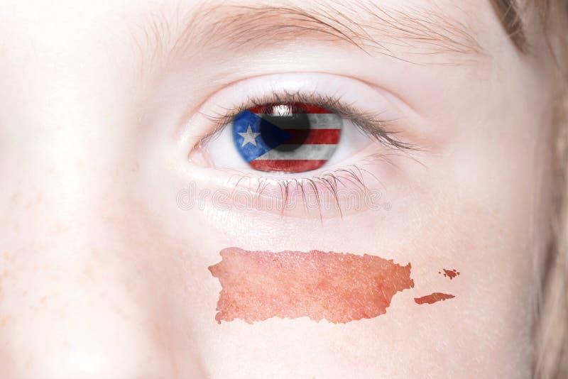 Human& x27; cara de s con la bandera nacional y el mapa de Puerto Rico imagenes de archivo