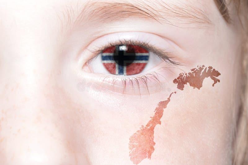 Human& x27; fronte di s con la bandiera nazionale e la mappa della Norvegia immagini stock
