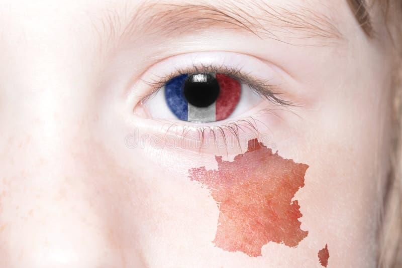Human& x27 ; oeil de s avec le drapeau national et la carte des Frances photos stock