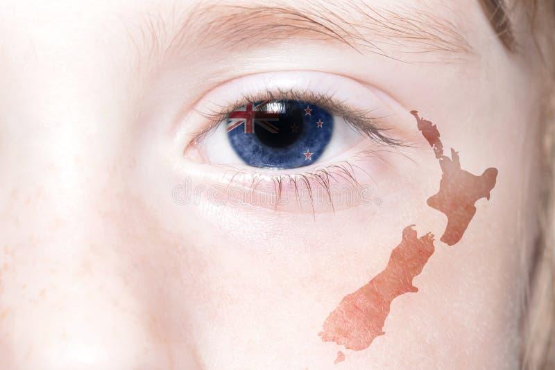 Human& x27; s-Gesicht mit Staatsflagge und Karte von Neuseeland stockbild