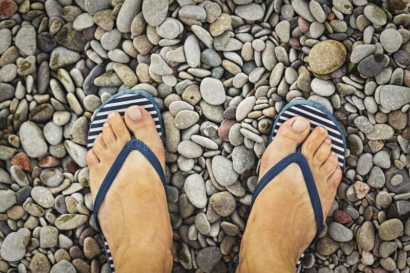 Humano, piernas, playa del verano, guijarros, vacaciones tropicales, vacaciones del mar, viajando, salto, submarino, arrecife de  fotos de archivo