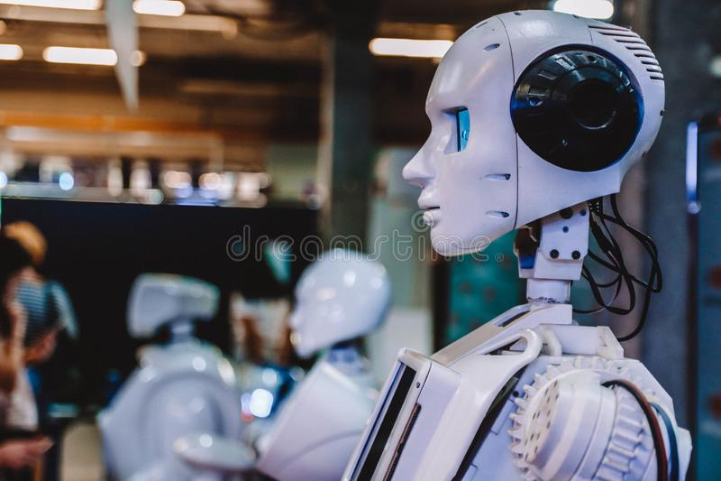 Humanoid Roboter auf Hightechausstellung Weicher Fokus lizenzfreies stockbild