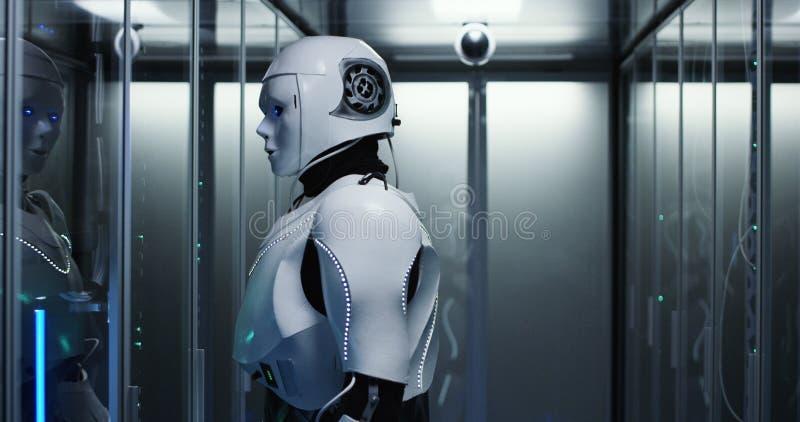 Humanoid Roboter, der Server in einem Rechenzentrum überprüft stockfoto