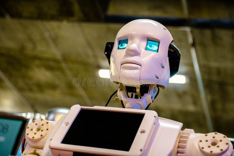 Humanoid Roboter mit blauen digitalen Augen an der Hightechausstellung lizenzfreies stockbild