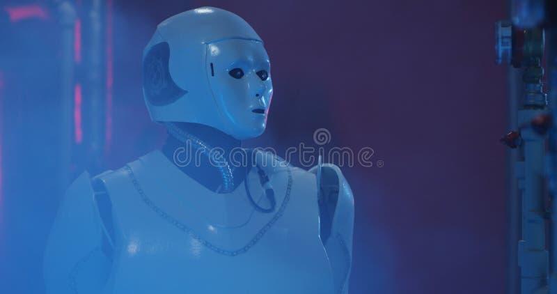 Humanoid Roboterfunktion in einem Rauch gef?llten Labor stockbild