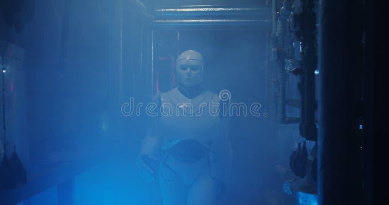 Humanoid Roboterfunktion in einem Rauch gef?llten Labor lizenzfreies stockfoto