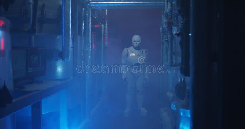 Humanoid Roboterstellung in einem schwachen Labor lizenzfreie stockfotos