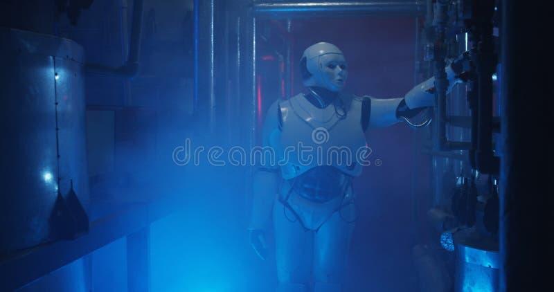 Humanoid Roboterstellung in einem schwachen Labor stockbild