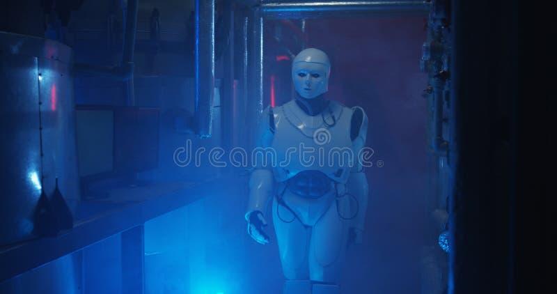 Humanoid Roboterstellung in einem schwachen Labor stockfotografie