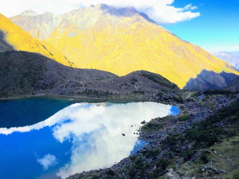 Humantay jezioro, wysokość w Peruwiańskich Andes, odbija niebo dalej obraz royalty free