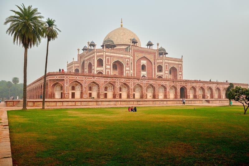 Humayuns Grabmonument mit Palmen auf dem links in Neu-Delhi, Indien lizenzfreie stockfotos