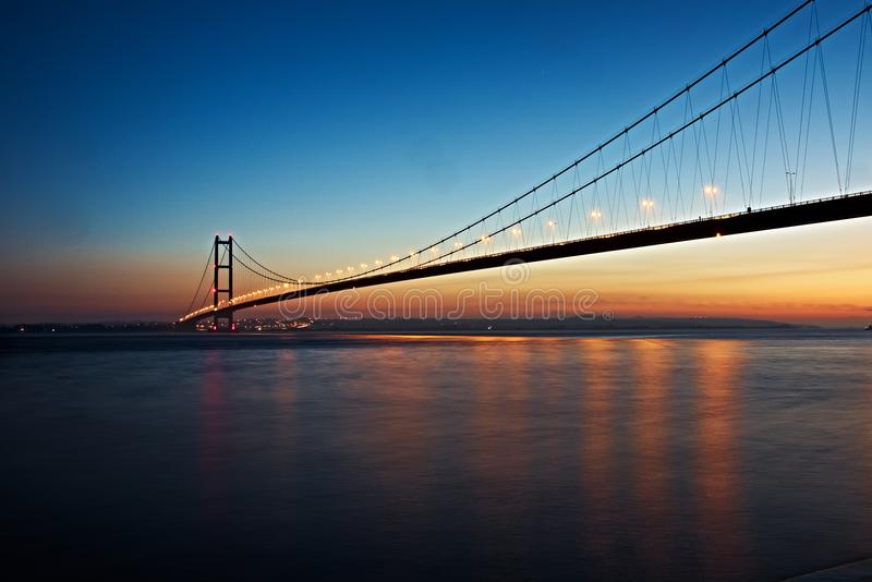 Humber bro, UK på skymning royaltyfria bilder