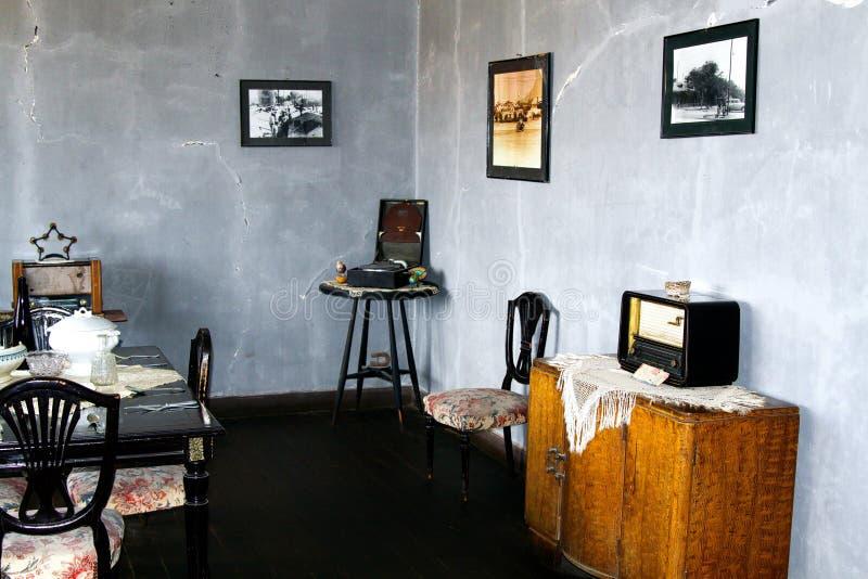 HUMBERSTONE-SPÖKSTAD, CHILE - DECEMBER 23 2011: Sikt in i vardagsrum i retro stil från femtiotal i övergiven bryta by royaltyfria bilder