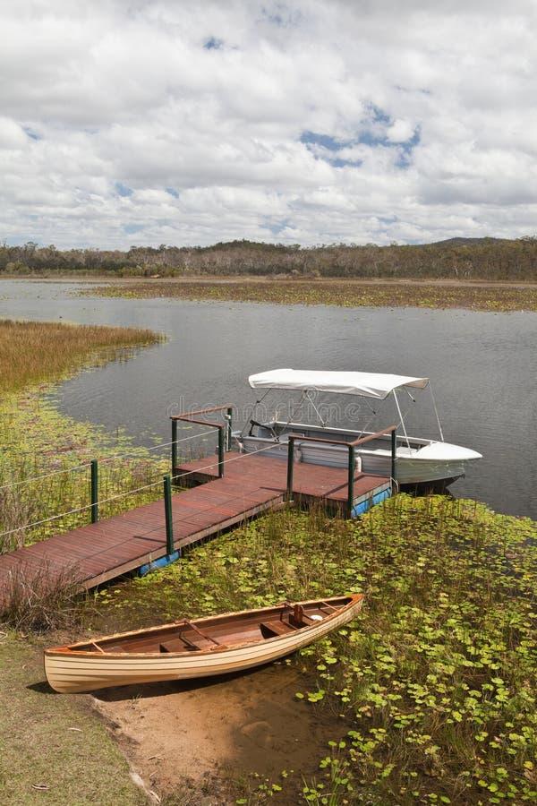 Humedales barco y canoa de Mareeba en el lago imagenes de archivo