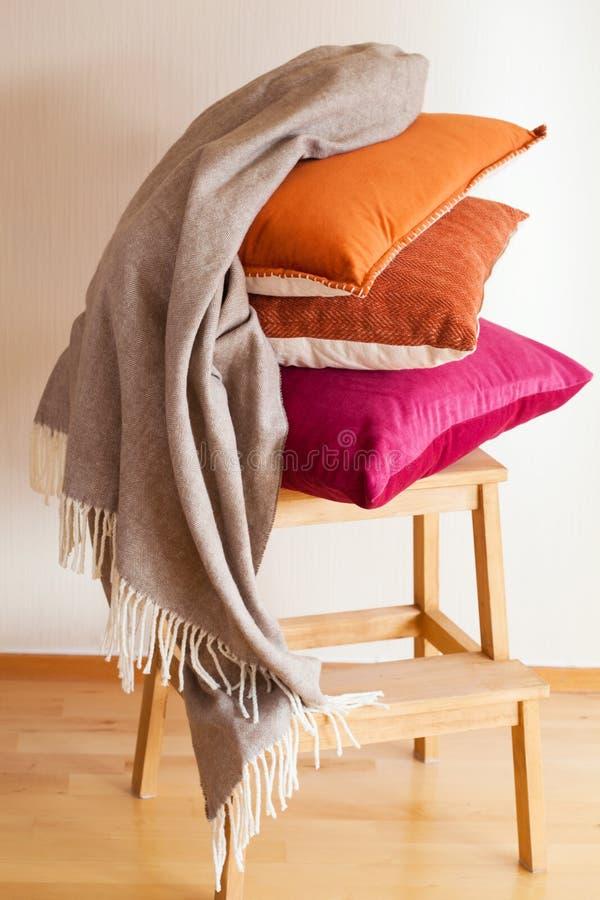 Humeur à la maison confortable de jet coloré de coussin photo libre de droits