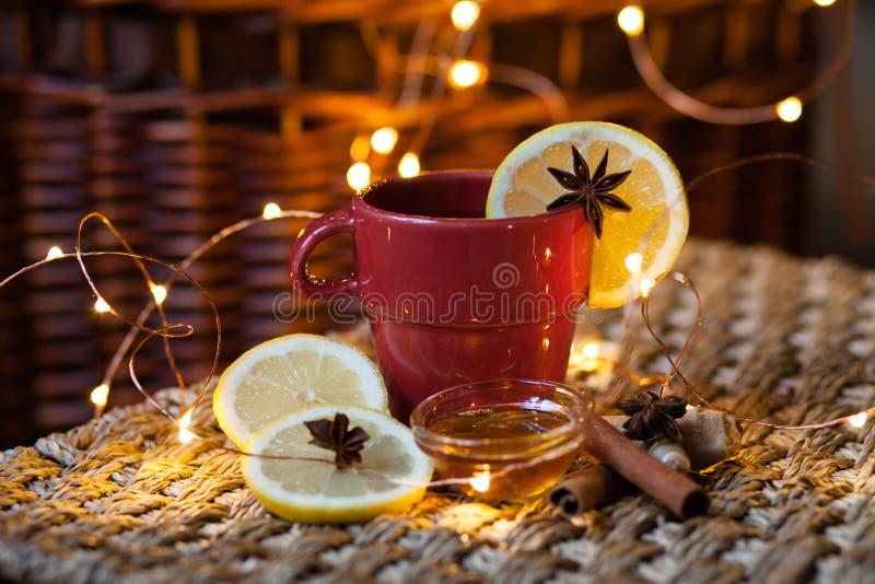 Humeur de Noël : thé chaud avec le citron, la cannelle et le miel image stock