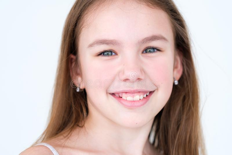 Humeur de sourire avec plaisir heureuse de fille d'enfant d'émotion photo libre de droits