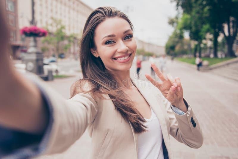 Humeur insouciante et heureuse, ensoleillée de ressort Jeune fille de sourire mignonne i image libre de droits