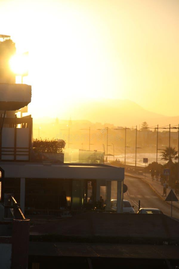 Humeur jaune de coucher du soleil dans la ville photo libre de droits