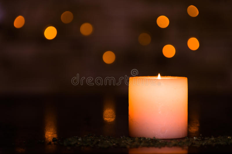 Humeurig kaarslicht met een aardig verward licht bokeh Perfectioneer voor het kuuroord royalty-vrije stock fotografie