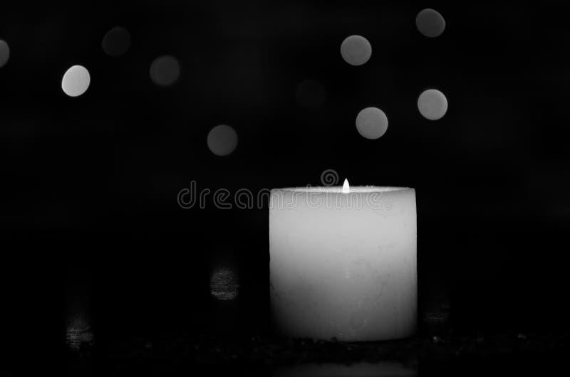 Humeurig kaarslicht met een aardig verward licht bokeh Perfectioneer voor het kuuroord stock afbeeldingen