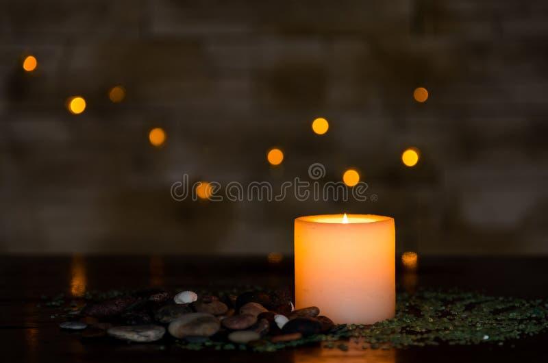 Humeurig kaarslicht met een aardig verward licht bokeh Perfectioneer voor het kuuroord royalty-vrije stock afbeelding