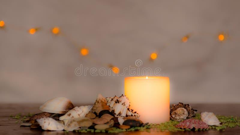 Humeurig kaarslicht met een aardig verward licht bokeh Perfectioneer voor het kuuroord stock foto