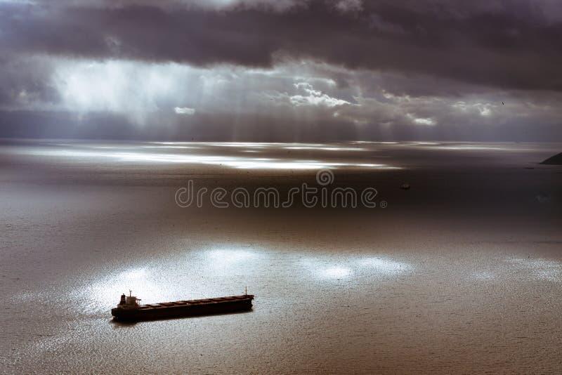Humeurige hemel en Middellandse Zee met schip die Gibraltar verlaten stock afbeeldingen