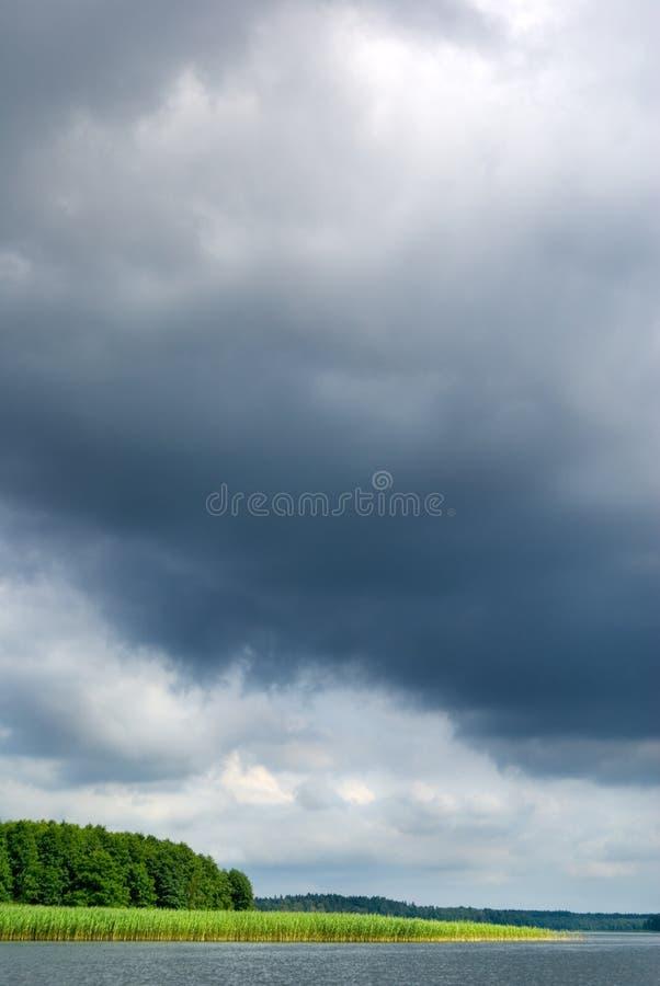Humeurige hemel over meer. stock afbeeldingen