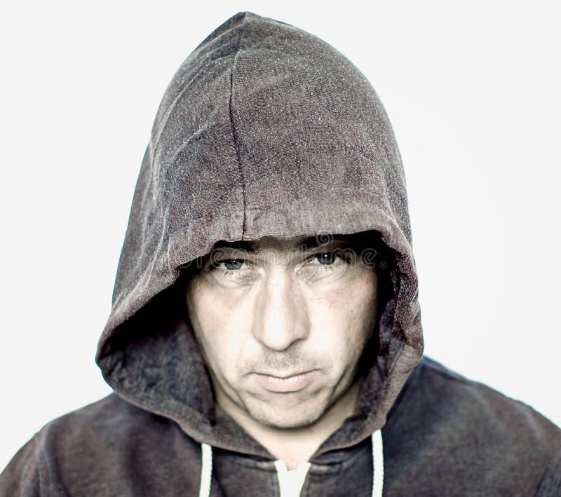 Humeurige Mens die Grey Hooded Top dragen stock fotografie