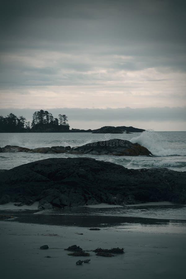 Humeurige Overzees scape bij zonsondergang stock foto