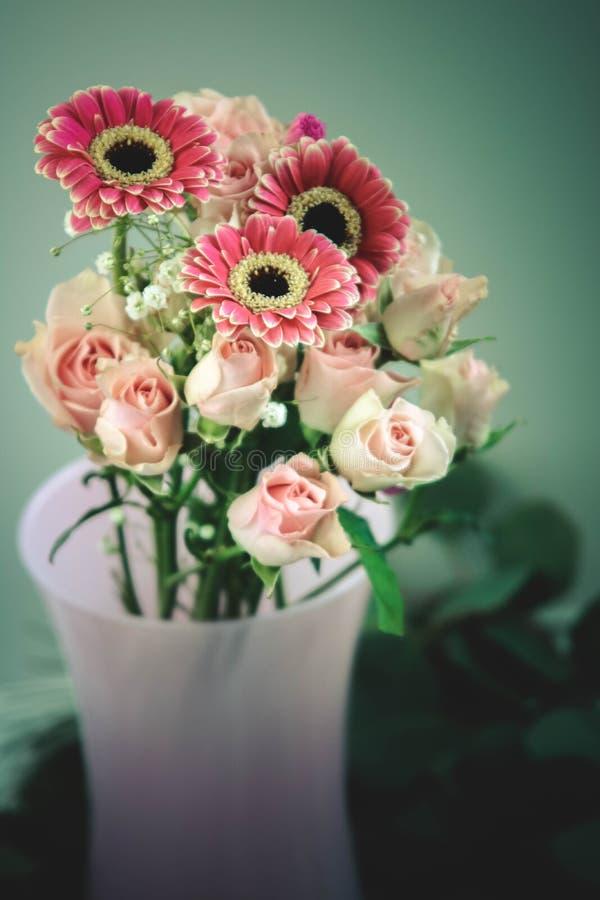 Humeurige roze en groene bloemenscène royalty-vrije stock foto