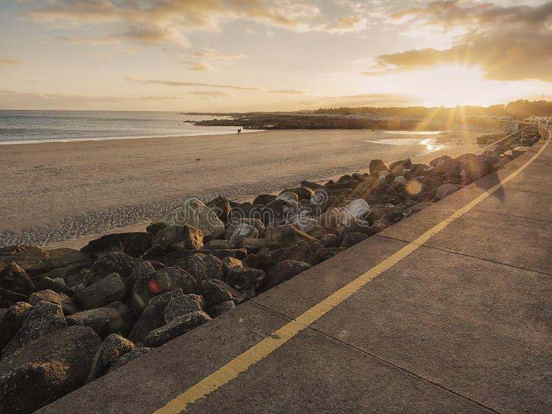 Humeurige zonsondergang over Zilveren Tribune Galway, Ierland, de Atlantische Oceaan, eb, kalme oceaan Populaire toeristen die pu royalty-vrije stock fotografie