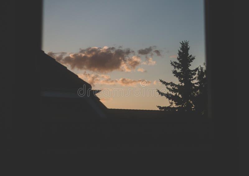 Humeurige zonsondergang uit venster royalty-vrije stock afbeelding
