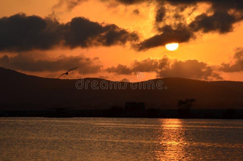 Humeurige zonsondergangscène over overzeese baai royalty-vrije stock foto