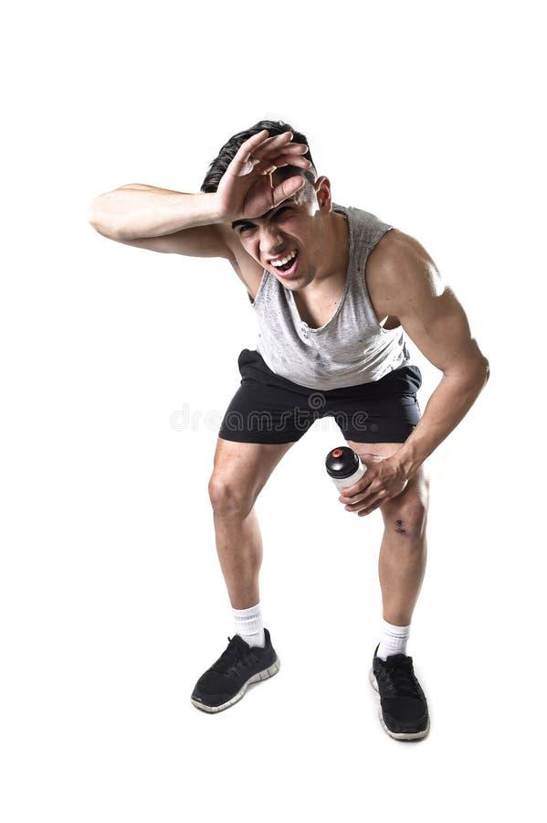 Humide d'homme attirant de sport et en sueur épuisés et fatigués après séance d'entraînement dure de formation image libre de droits