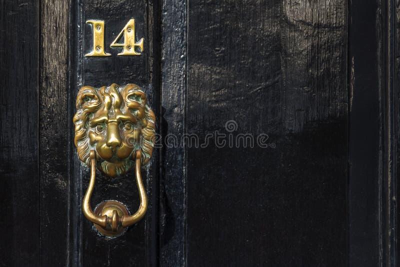 Hummer de cobre da porta do leão e número, Westminster, Londres, Reino Unido imagens de stock royalty free
