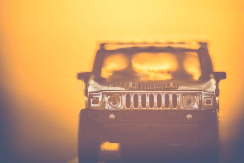 Hummer do carro do brinquedo no por do sol da natureza imagens de stock