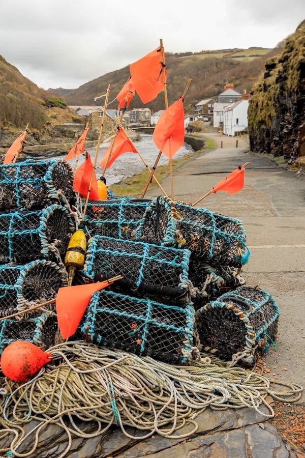 Hummer-Töpfe und Markierungs-Bojen auf Kai, Bostcastle, Cornwall lizenzfreie stockbilder