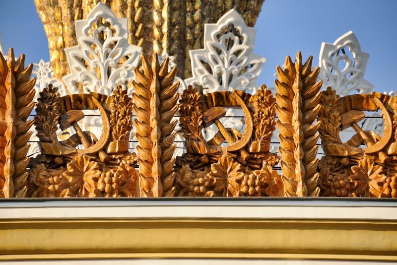 Hummer und Sicheln gestaltet mit den Ohren des Weizens - Ukraine-Pavillon stockfotos